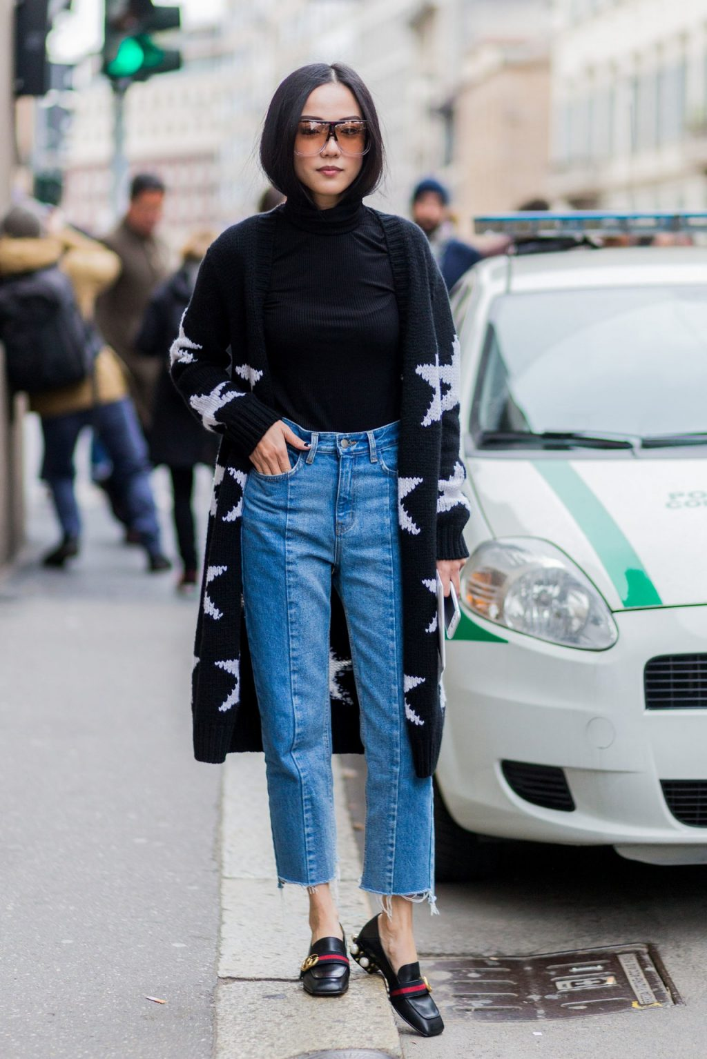 If you are petite, cropped jeans (jeans with a shorter hem), baggy jeans and boyfriend pants are the design for you